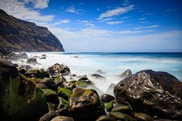 rotsige kust en woeste zee bij Porto Moniz von gaps photography