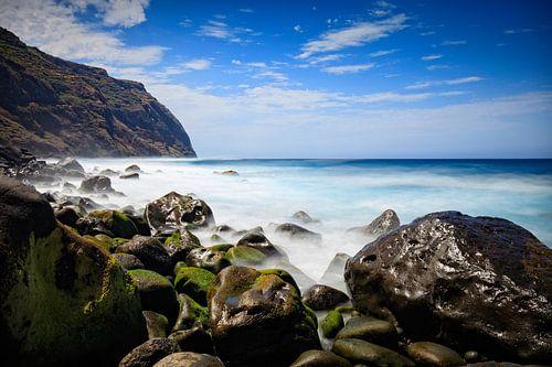 rotsige kust en woeste zee bij Porto Moniz