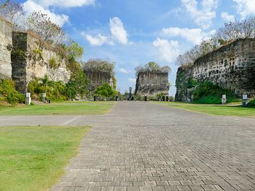 Prachtige hoge rotsen bij het GWK park in Bali van Petra Brouwer