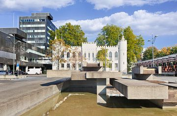 De witte stadhuis van Tilburg met een water vijver van Tony Vingerhoets