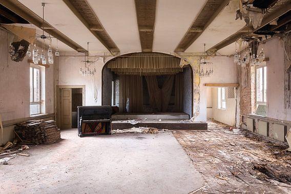 Verlaten Piano met Podium. van Roman Robroek