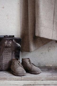 Stilleben mit Kinderschuhen und Tasche in verlassener Villa von Anne Sypré