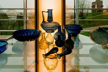 Oud glaswerk in museum het Valkhof in Nijmegen van Maerten Prins