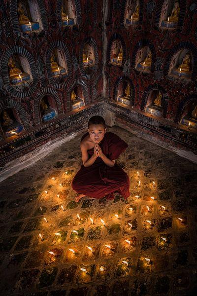 Biddende monnik in klooster in  Nyaung Shwe vlakbij Inle in Myanmar
