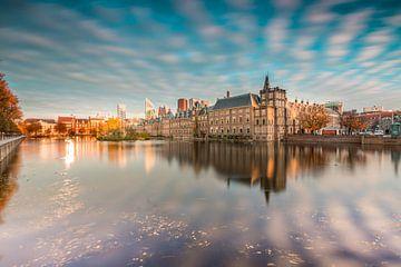 Skyline van wolkenkrabbers en overzichtsfoto van Den Haag en de Hofvijver van