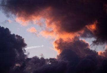 Het vliegtuig tussen de roze wolken van Sharon de Groot