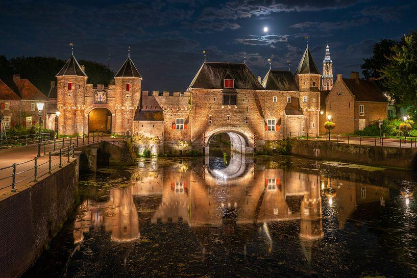 Nachtopname met maanlicht van de Koppelpoort Amersfoort van Jenco van Zalk