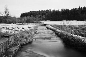Kleiner Bach in schwarz und weiß von Heiko Obermair