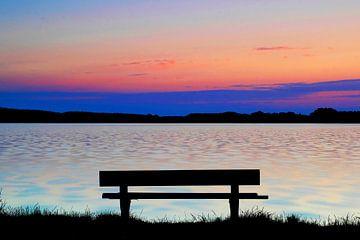 Oever bij het meer bij zonsondergang van Frank Herrmann