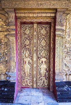 Geschlossene goldene Tempeltür, Laos von Rietje Bulthuis