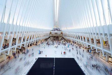 the Oculus in New York van binnen met veel bewegende mensen. van Monique van Helden