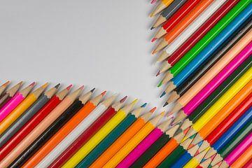 Collectie van bont gekleurde potloden in rits vorm van Tonko Oosterink