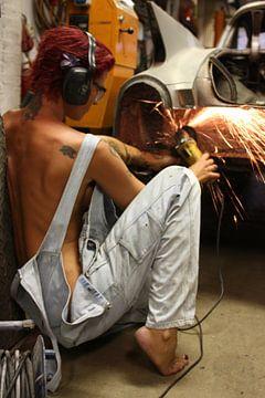Frau, die an dem Versand ihres Autos in der Garage 2 arbeitet von Cor Heijnen