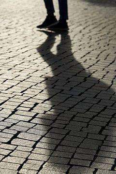Schatten eines Fußgängers von Heiko Kueverling
