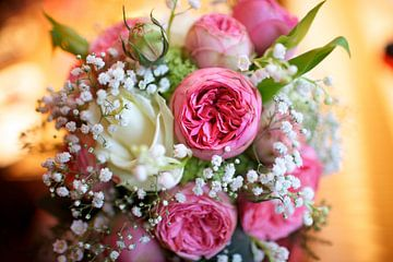 Bouquet de mariée rose sur Ties van Veelen