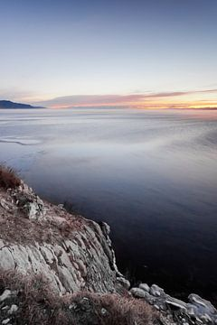 Felsen und blaues Wasser und blauer Himmel von Michael Semenov