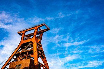 Rode kolen bochtige toren tegen blauwe hemel van Dieter Walther