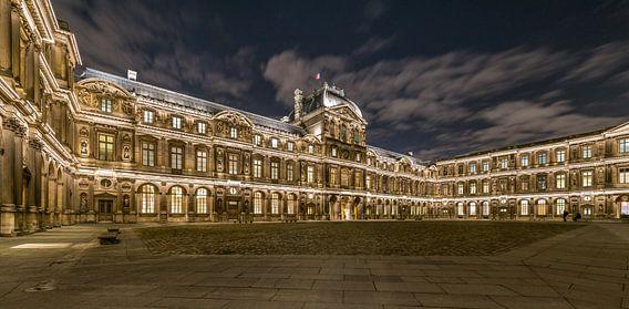 Louvre 's nachts van Henk Verheyen