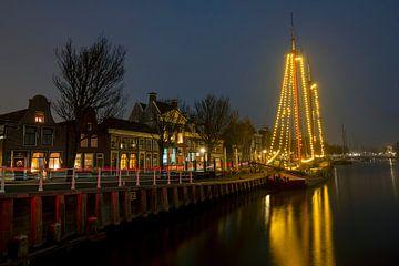 Geschmücktes traditionelles Segelboot in Harlingen Niederlande zur Weihnachtszeit bei Nacht von Nisangha Masselink