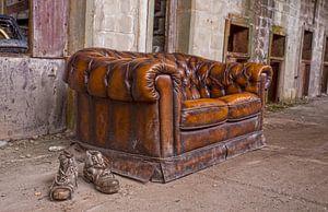Werkschoenen en een sofa