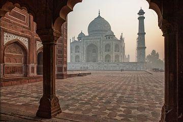 Taj Mahal vlak na zonsopgang. van Tjeerd Kruse