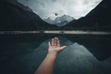 Iemand die bergen kan verplaatsen begint met de kleine steentjes.... van Brian Decrop