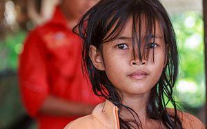 Cambodjaans meisje kijkt in lens van