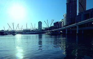 Brisbane Fluss mit Kurilpa Brücke, Australien von Ines Porada
