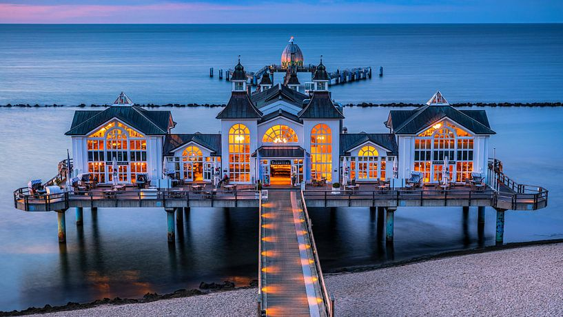Die Seebrücke Sellin ist eine Schiffsanlegestelle im Ostseebad Sellin auf der deutschen Insel Rügen. von Henk Meijer Photography