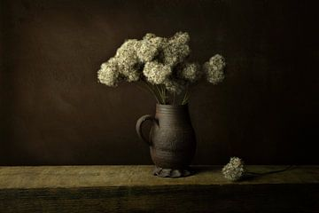 Droogbloemen in vaas, in de lijn van de oude meesters van Joske Kempink