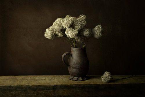 Droogbloemen in vaas, in de lijn van de oude meesters