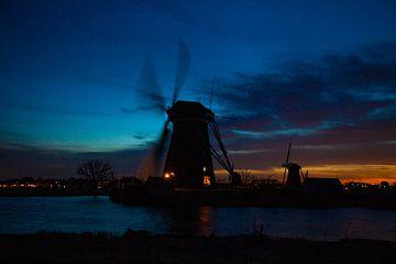 Nachtfotografie einer Windmühle, in der Nähe von Kinderdijk von Hartsema fotografie
