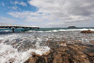 Kust en steiger in de Atlantische Oceaan op het eiland Fuerteventura van Peter de Kievith Fotografie