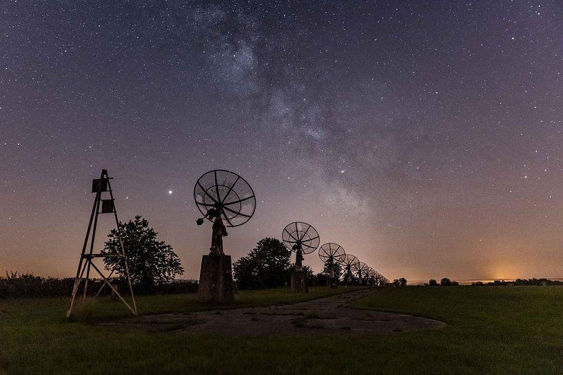 De melkweg boven een radiotelescoop van Jim De Sitter