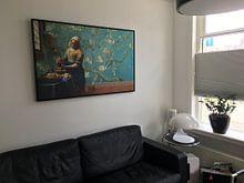 Photo de nos clients: Melkmeisje van Vermeer met Amandel bloesem behang van Gogh sur Lia Morcus