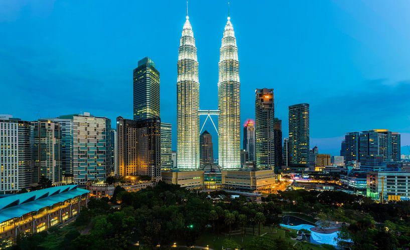 Morning glorie in Kuala Lumpur van Roy Poots