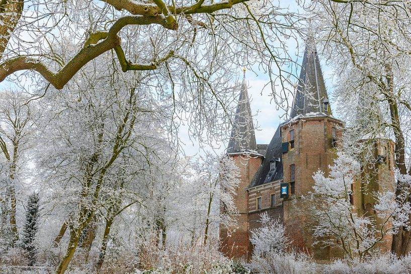 Broederpoort in Kampen met berijpte bomen tijdens een koude winter dag van Sjoerd van der Wal