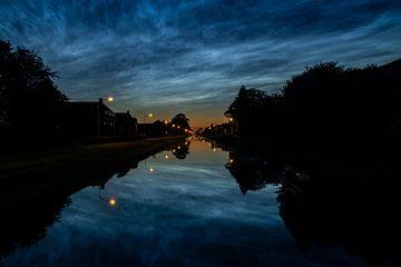 Reflexie van lichtende nachtwolken. van Anita Lammersma