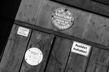 borden op een oude garagedeur van DuFrank Images