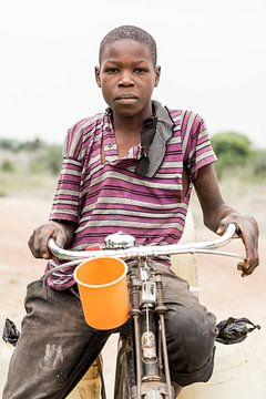 Waterdrager in Tanzania van Jeroen Middelbeek