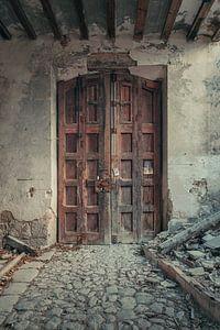 Verlaten plekken: Spaanse fabriekspoort.