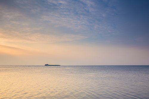 Binnenvaartschip op he ijsselmeer