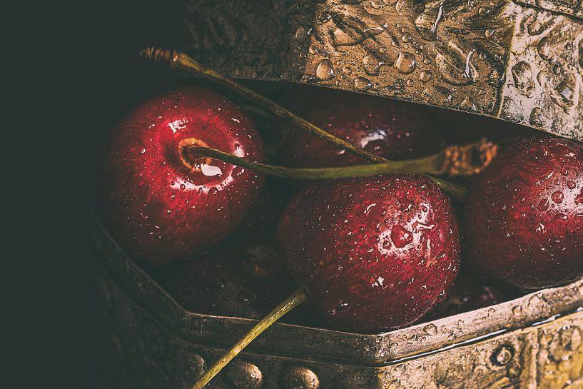 Kirschen mit Wassertropfen von Edith Albuschat