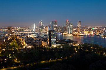 Skyline van Rotterdam in de avond van