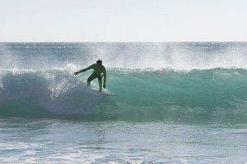 Surfer in einer hohen Welle von Barbara Brolsma