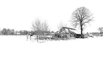Oude boerderij in sneeuwlandschap. Velp (NB) van HvNunenfoto