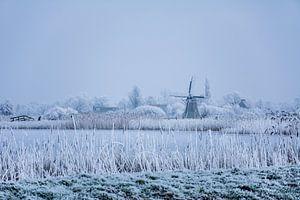 Friese Molen in winter landschap met schaatsers. van