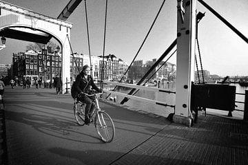 Urban / Street scene Amsterdam (schwarz-weiß) von Rob Blok