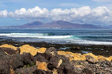 Gezicht op een gedeelte van de kust van Corralejo op het Canarische eiland Fuerteventura van Reiner Conrad
