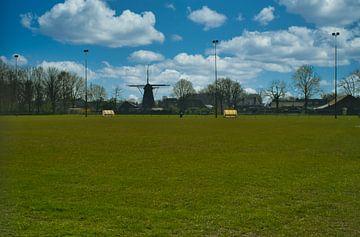 Een gesloten voetbalveld in Maart van J..M de Jong-Jansen